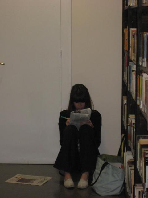 Lectora en Biblioteca IIE