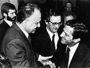 Suárez felicita a Xabier Arzalluz tras ratificarse el Estatuto de Gernika, en 1979.