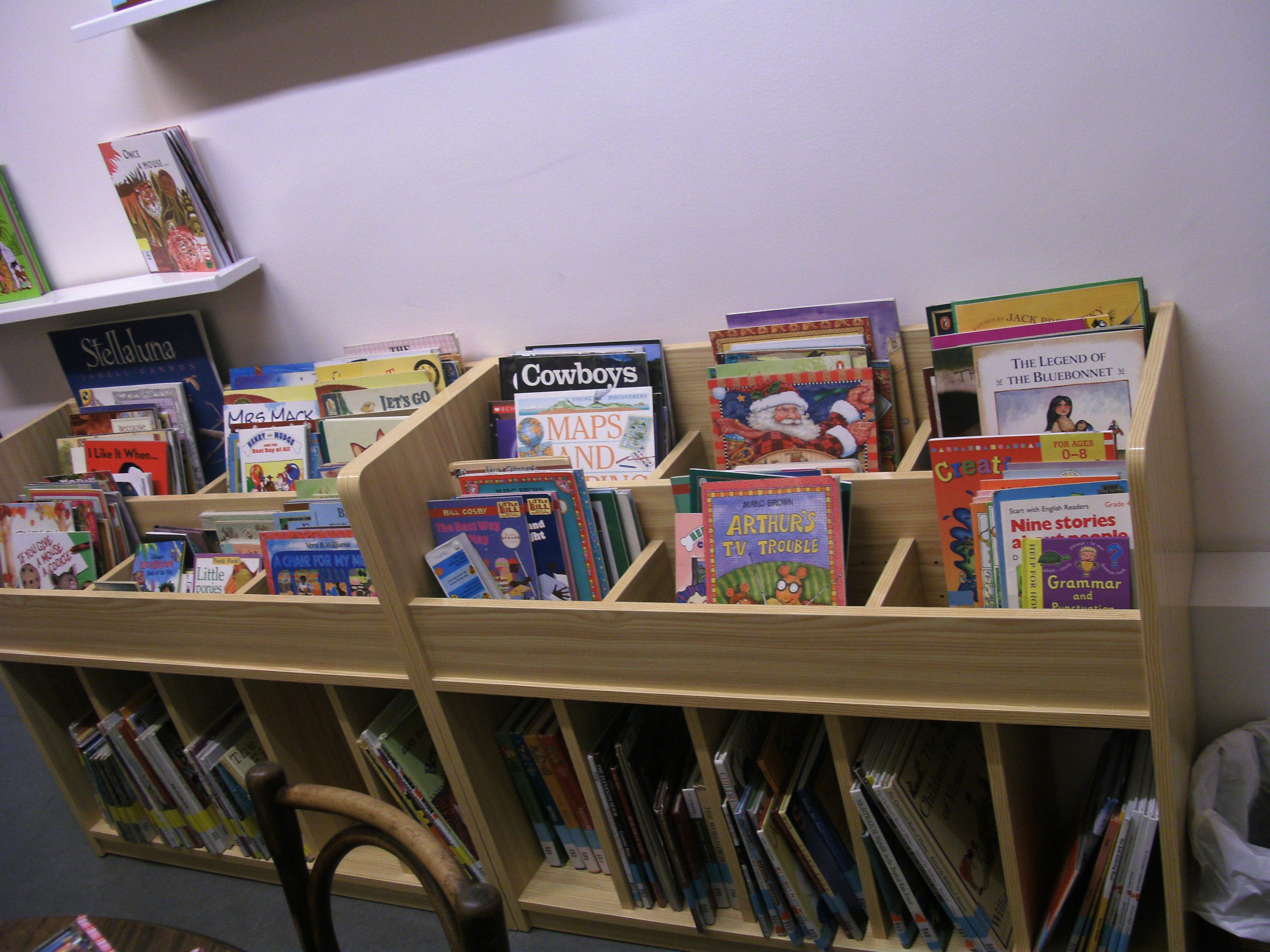 Nuevos muebles para libros infantiles en la biblioteca for Muebles de libreria